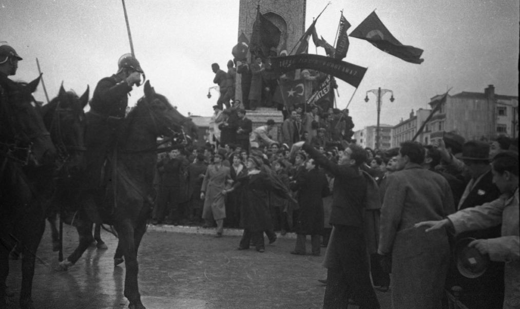 Contested Republican Monument during student demonstration 1933, © Yapı Kredi bank