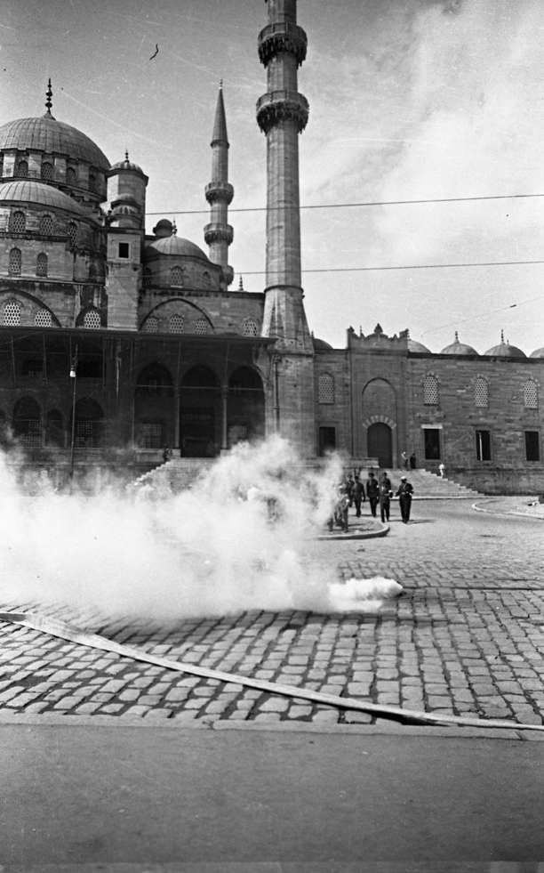 Smoke in front of Yeni cami, © Yapı Kredi bank