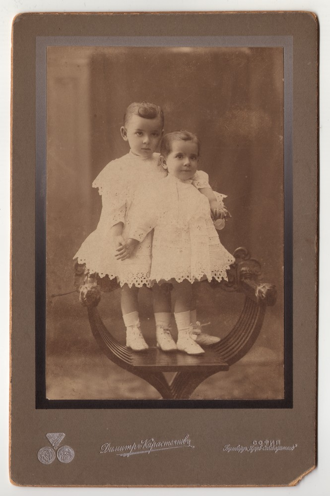 Two young children in white tunics, © Museum of Applied Art