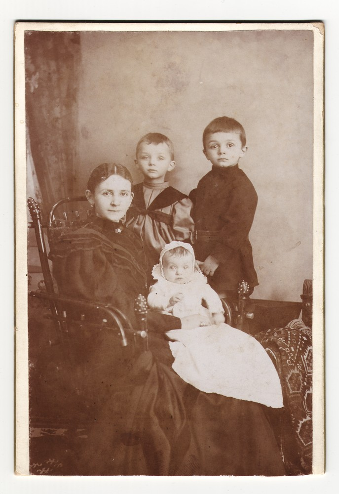 Group portrait of Darinka Jovanović and her children, © Museum of Applied Art