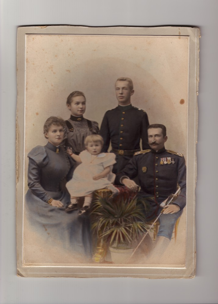 Studio portrait of Colonel Radivoje Bojović, his wife Bosiljka, their child and Bosiljka's siblings Zorka and Kosta Horstig, © Museum of Applied Art