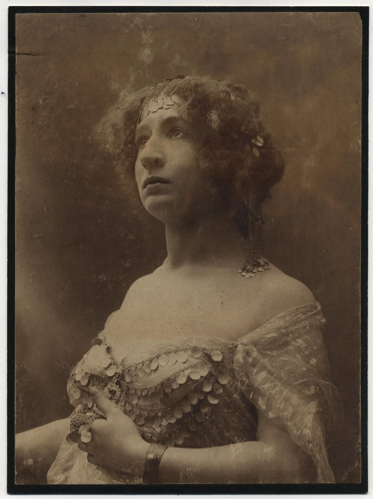Studio portrait of actress Olga Ilić, © Miloš Jurišić