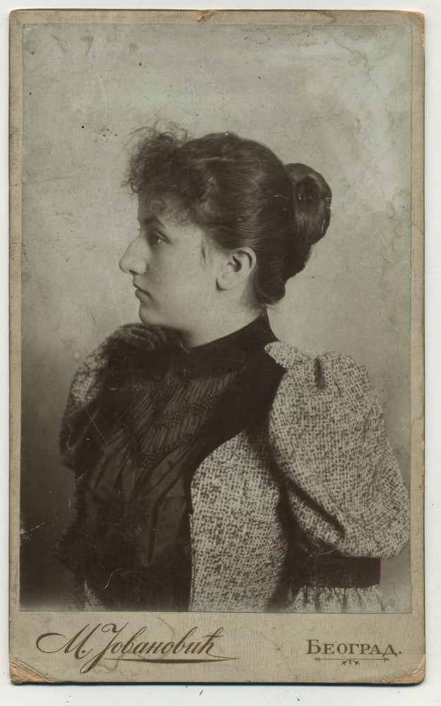 Studio profile portrait of a woman, © Miloš Jurišić