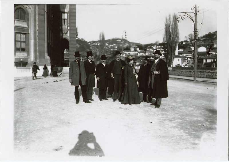 Group of people standing in front of the Town Hall, © The National Museum of Bosnia and Herzegovina
