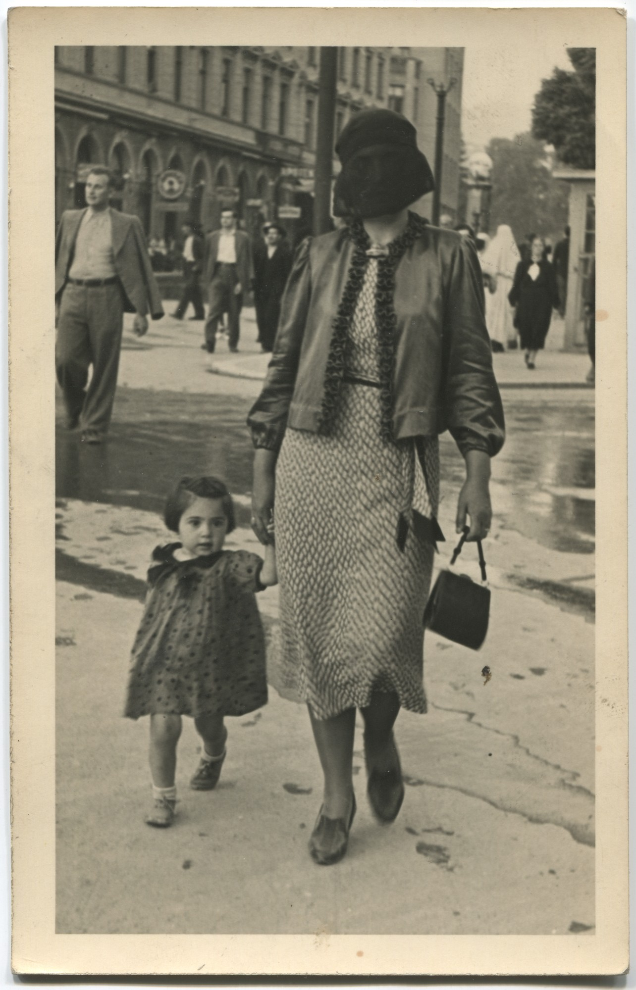 Muslim woman and a little child walking in the street, © Museum of City of Sarajevo