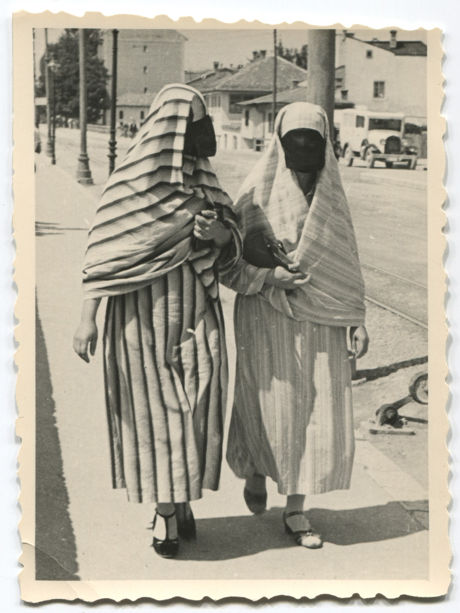 Veiled Muslim women in the street, © Museum of City of Sarajevo