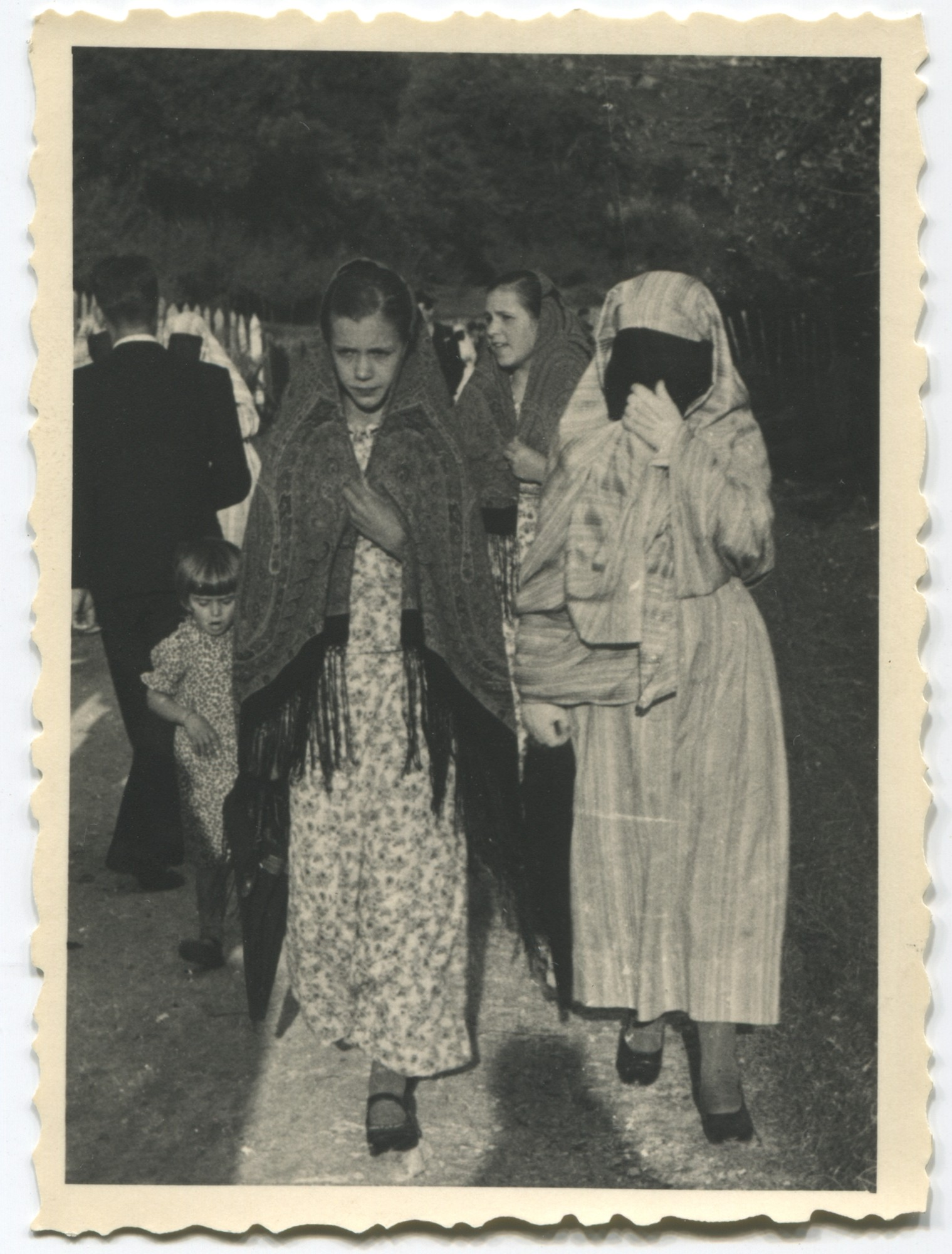 A Muslim woman and two Muslim girls in the street, © Museum of City of Sarajevo