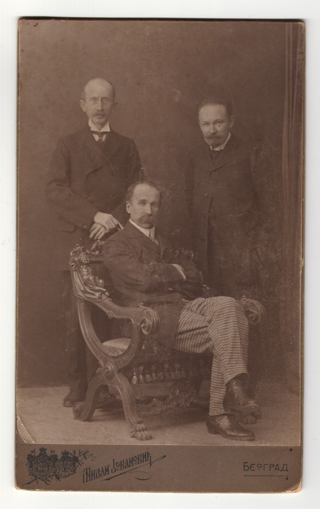 Group portrait of Professor Milenko Vesnić, Professor Slobodan Jovanović and another man von Jovanović, Milan
