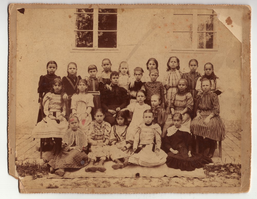 Outdoor photograph of a girls' school class, © Museum of Applied Art
