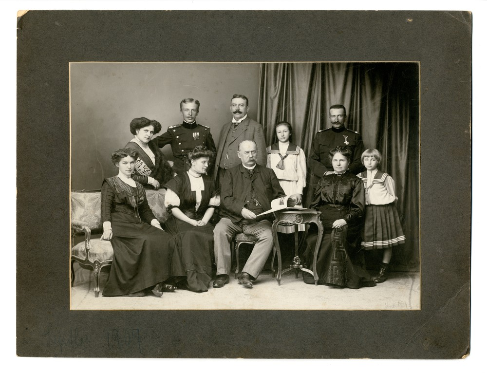 Group portrait of the Horstig and Bojović families, © Museum of Applied Art