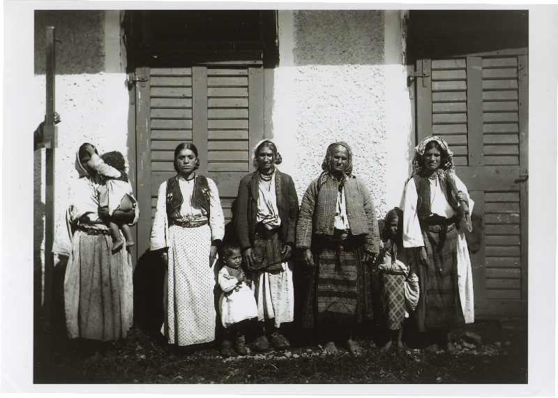 Group portrait of Rom women and children, © The National Museum of Bosnia and Herzegovina