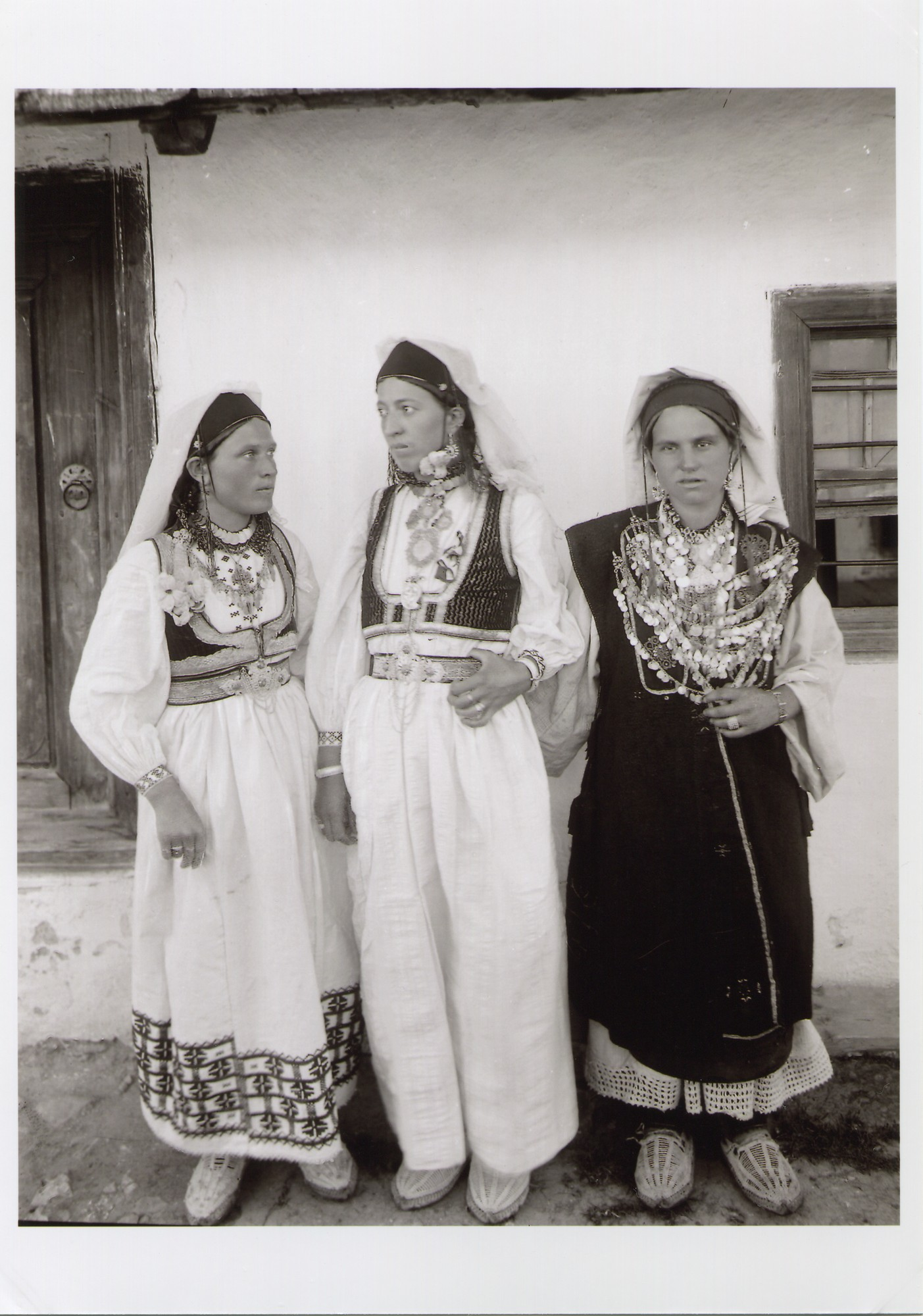 Outdoor-portrait of three young women in traditional costumes from Herzegovina, © The National Museum of Bosnia and Herzegovina