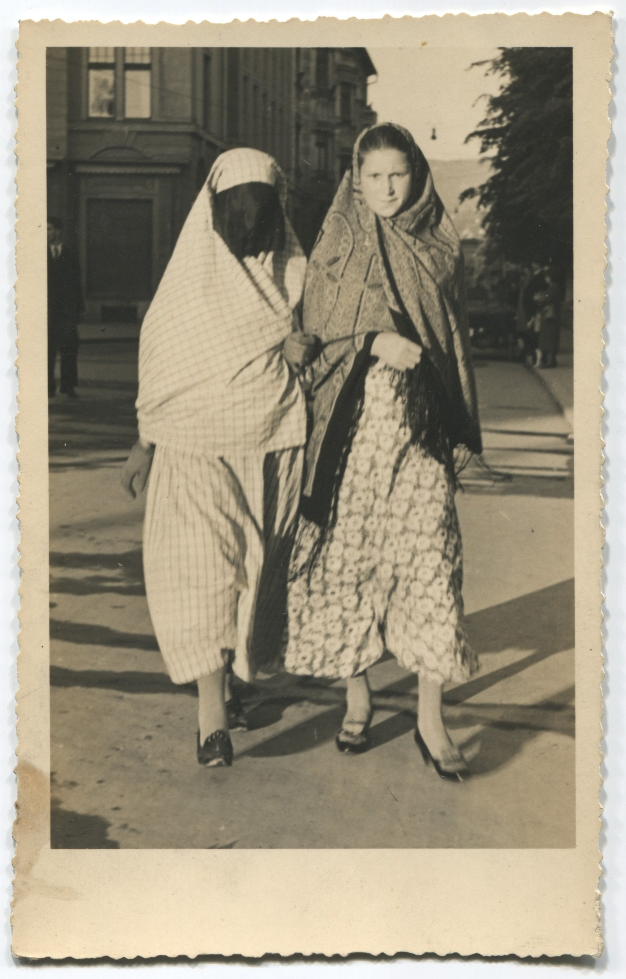 Muslim woman and a girl in the street, © Museum of City of Sarajevo