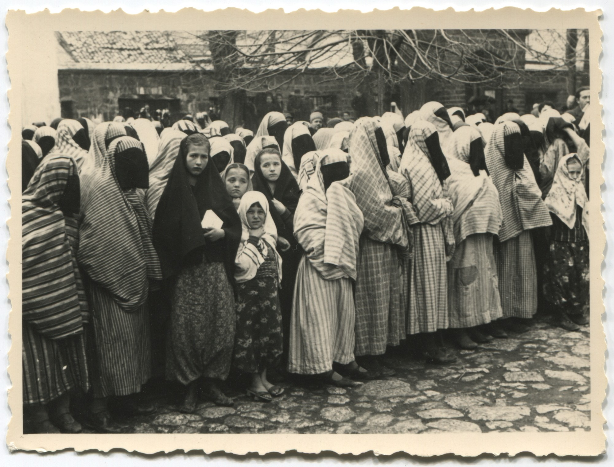 Muslim women and girls in the courtyard of the Gazi Husrev Bey's mosque, © Museum of City of Sarajevo