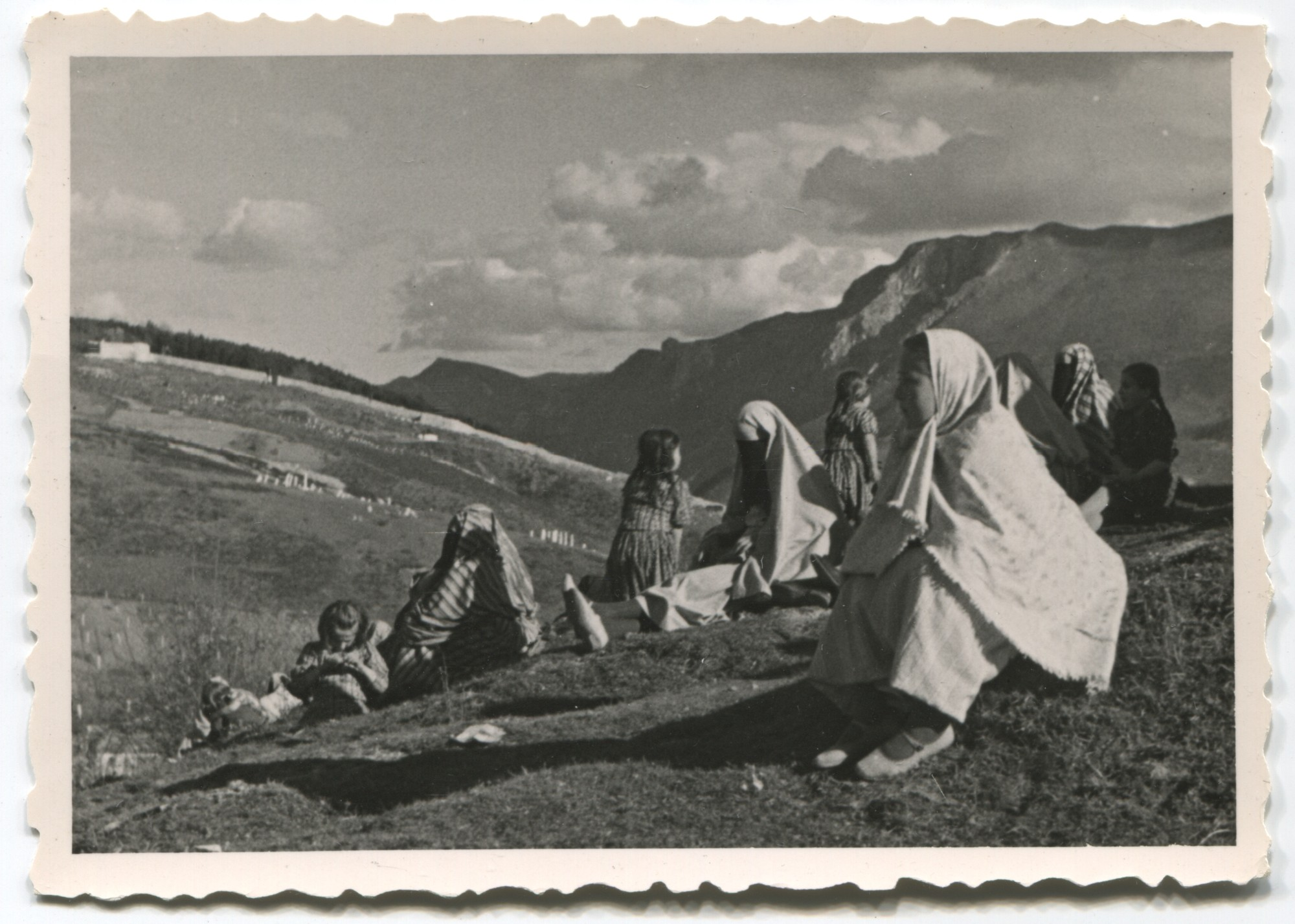 Muslim women and children idling in the mountains, © Museum of City of Sarajevo