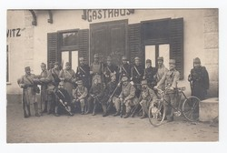 [Untitled] Group of soldiers posing in front of a tavern